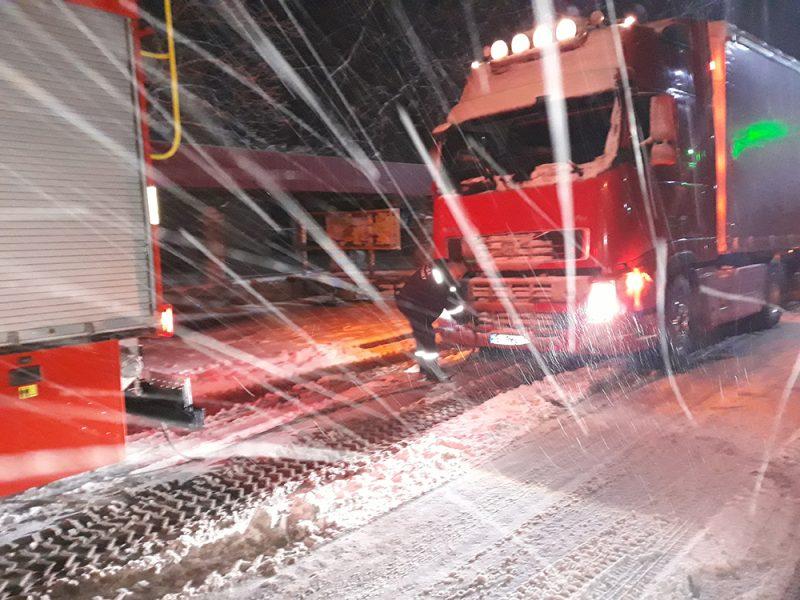 На Николаевщине из снежных и ледяных «капканов» вызволили 16 автомобилей