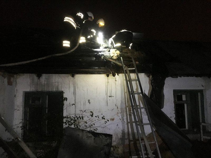 В Николаеве в загоревшемся из-за печки доме пришлось частично разбирать крышу
