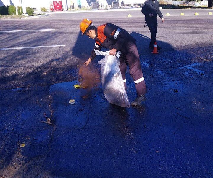 На ликвидацию последствий разлива нефтепродуктов на одной из улиц Николаева потребовалось 250 л «Эконадина»