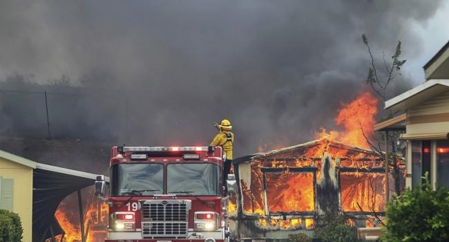 В результате мощнейших лесных пожаров в Калифорнии погибли 9 человек и полностью уничтожены около 7000 зданий
