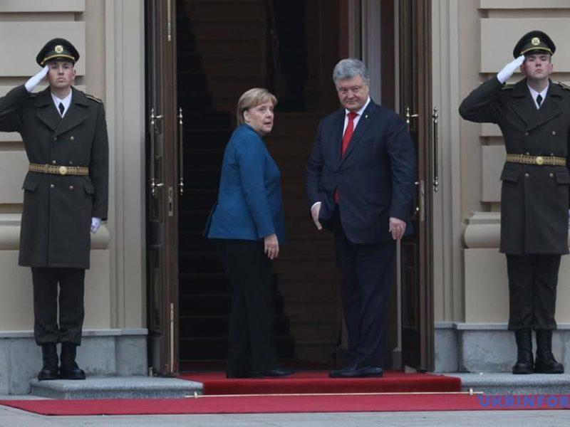 Порошенко привел Меркель новые доказательства преступлений РФ против Украины