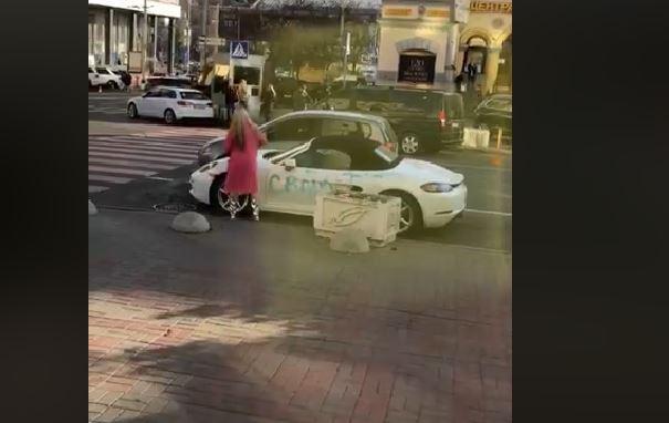 Не огорчайте женщин: в центре Киева девушка писала на  Porsche ругательства и рубила его топором