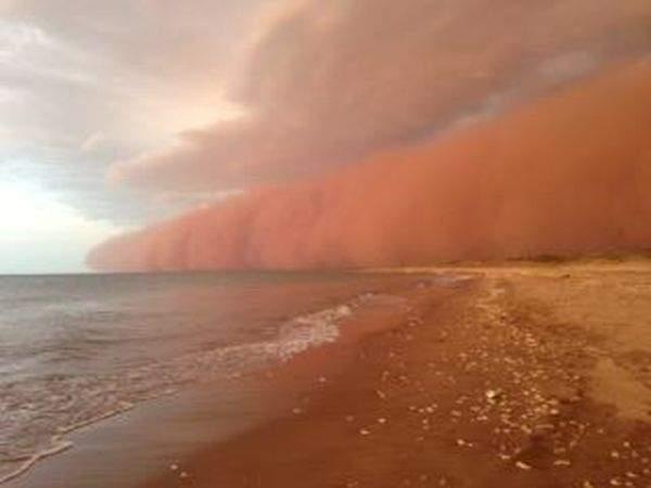В сети разместили потрясающее видео пылевой бури, накрывшей Австралию