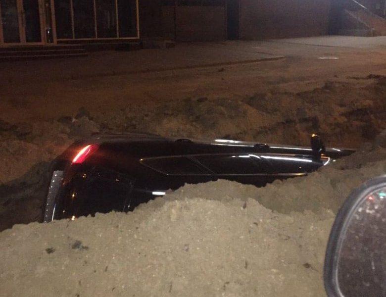 Что бывает с игнорирующими знаки: в Николаеве Volkswagen Touareg упал в траншею