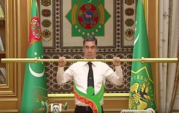 Президенту Туркмении подарили золотую штангу. Он ее тут же поднял над головой под аплодисменты