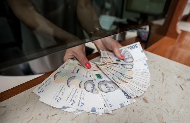 Кабмин предложил уменьшить налоги на высокие зарплаты