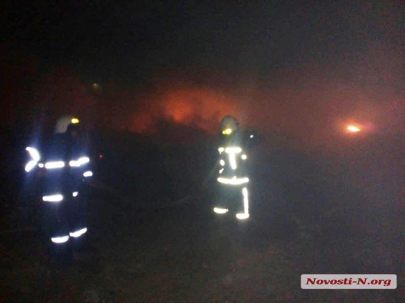На свалке под Николаевом тушат огромный пожар