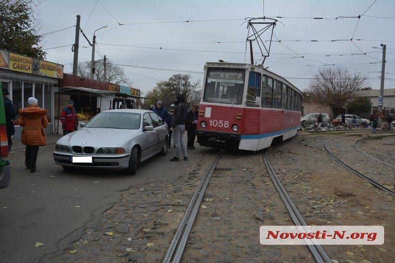 Водитель BMW на «евробляхах» спровоцировал ДТП с трамваем в центре Николаева