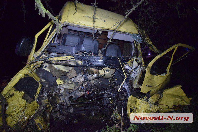 На одесской трассе под Николаевом микроавтобус врезался в Scania  — водитель погиб