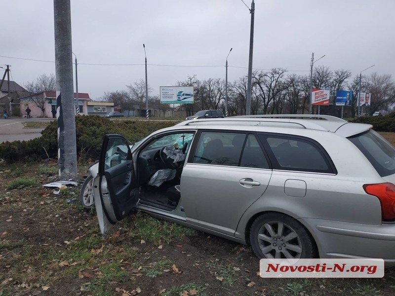 В Николаеве девушка среди бела дня уснула за рулем Toyota и врезалась в столб