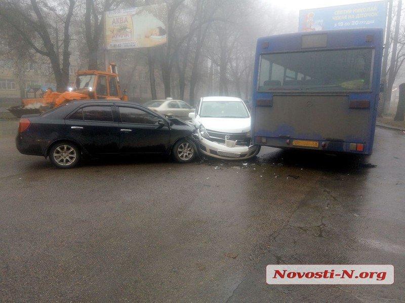 На Богоявленском проспекте столкнулись автобус и две «легковушки»: одного человека увезла «скорая», образовалась пробка