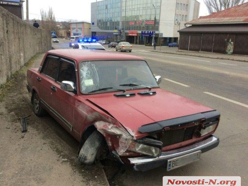 В Николаеве «ВАЗ» после столкновения вылетел на тротуар и сбил двух пешеходов