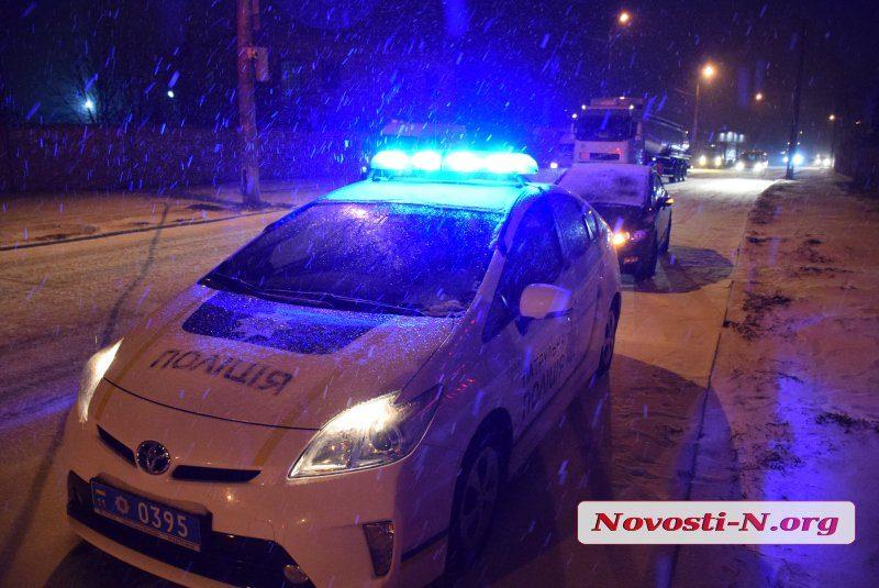 В Николаеве группа неизвестных избила водителя и отобрала его машину. Патрульные перехватили угонщика