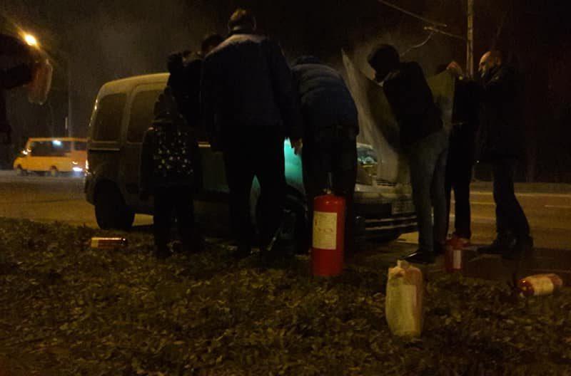 «Бежали на помощь со всех сторон»: николаевские автомобилисты оперативно выручили водителя, у которого загорелась машина