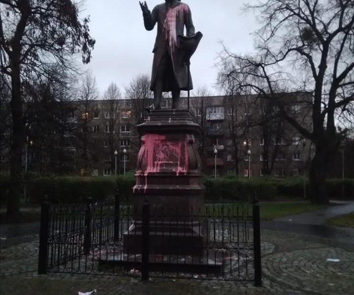 В России осквернили могилу и памятник философу Иммануилу Канту, а также призвали отказаться от «имени врага»