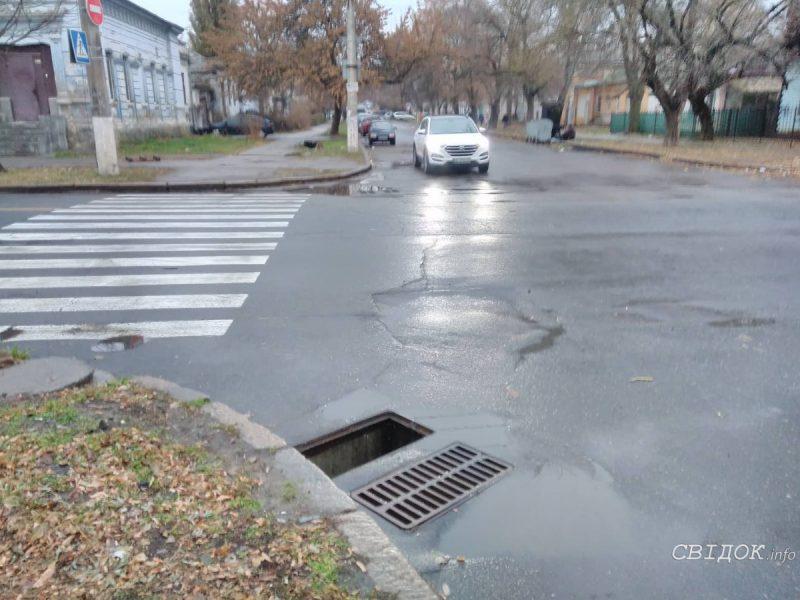 Вор стащил ливневку в центре Николаева. Его оперативно задержали и доставили в отделение