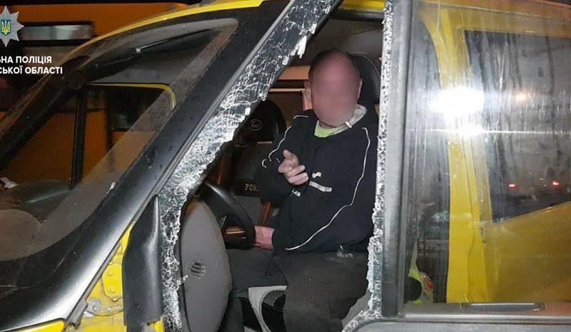 В Николаеве пьяный водитель «Форда» оказался после столкновения с другим авто и электроопорой в больнице