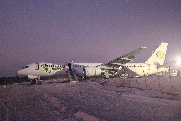В Южной Америке пассажирский лайнер совершил жесткую посадку