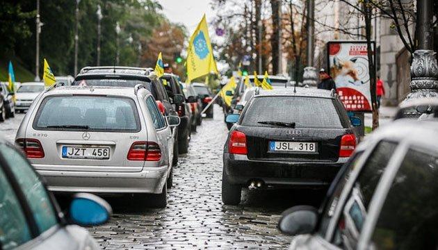 """К дому Порошенко приехали требовать """"растаможки авто за 300 евро"""""""