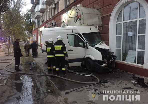 В Херсоне микроавтобус въехал в жилой дом и загорелся