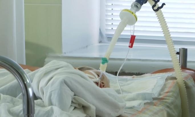 В Винницкой области малыш подавился чупа-чупсом. Он в коме, но врачи стараются