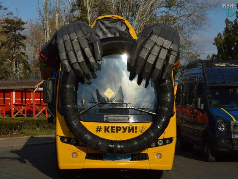 «Автобус-призрак» как символ того, что происходит на украинских дорогах: в Николаеве прошла необычная акция