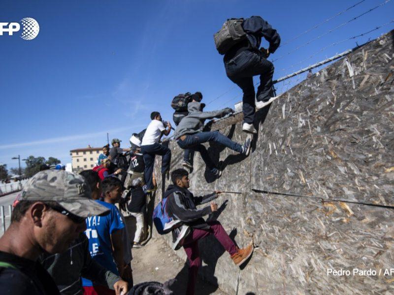 Сотни мигрантов штурмовали границу Мексики и США