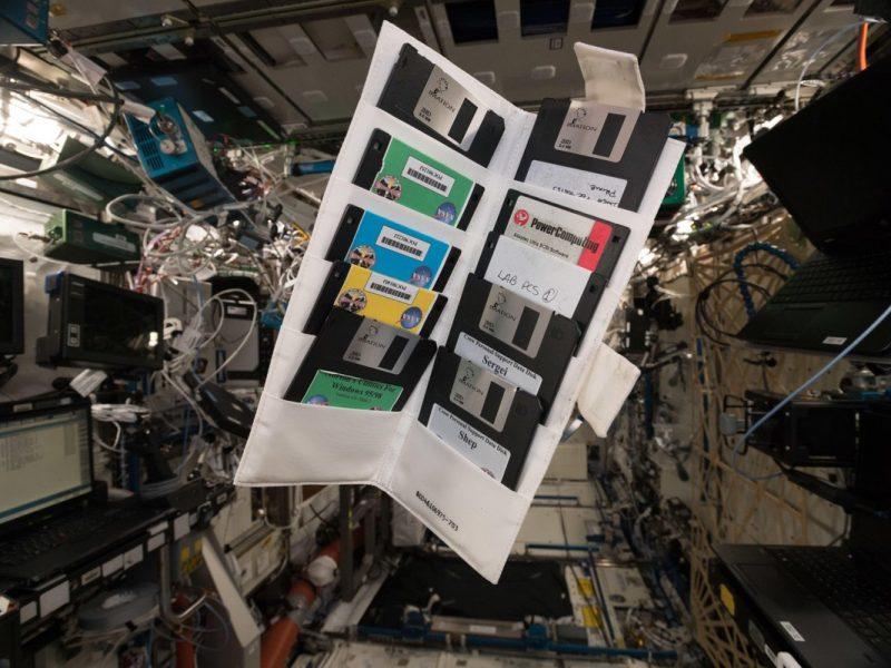 Немецкий астронавт нашел на МКС дискеты. Их почти 20 лет назад оставил первый экипаж станции