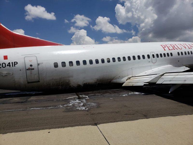 В Боливии во время посадки у пассажирского самолета отвалилось шасси
