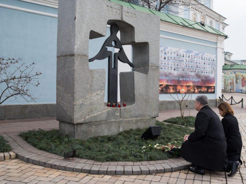 Украина чтит память жертв голодоморов. Порошенко с женой возложили колоски к Памятному знаку