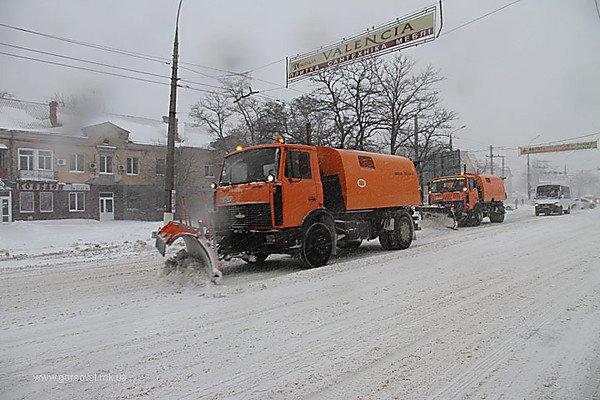 На Николаев надвигается непогода: власти просят не парковать автомобили у обочин, чтобы не мешать работе снегоуборочной техники