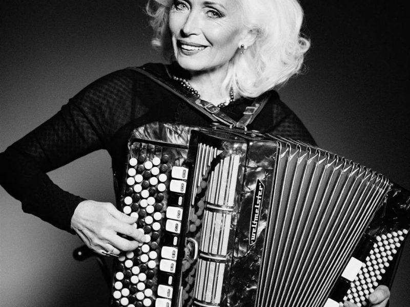 66-летняя аккордеонистка из Николаевской области попала в рейтинг самых влиятельных женщин мира по версии BBC
