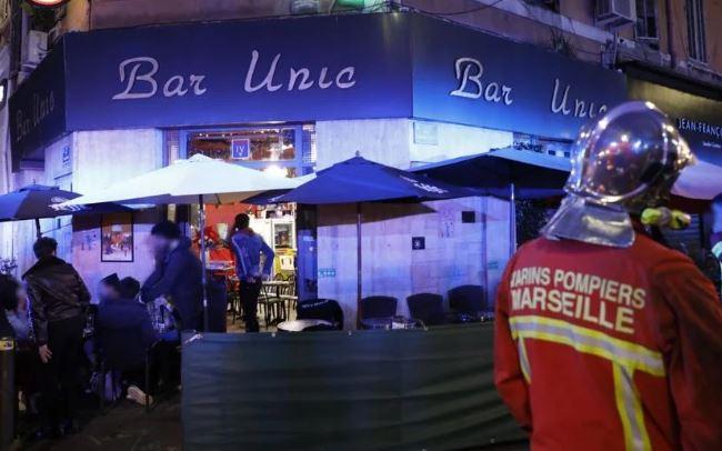 В Марселе бездомная женщина облила кислотой шестерых посетителей кафе