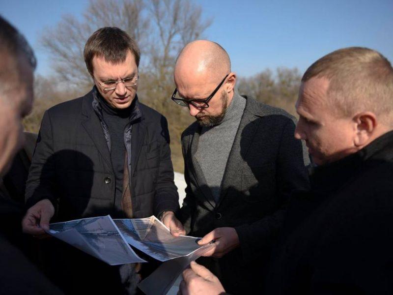 Отдать долги пиаром. Омелян признал, зачем возит Яценюка по «дорожным стройкам века»