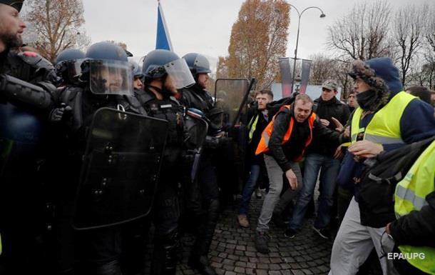 В Париже полиция применила слезоточивый газ и водометы к протестантам, который пытались прорваться в правительственный квартал