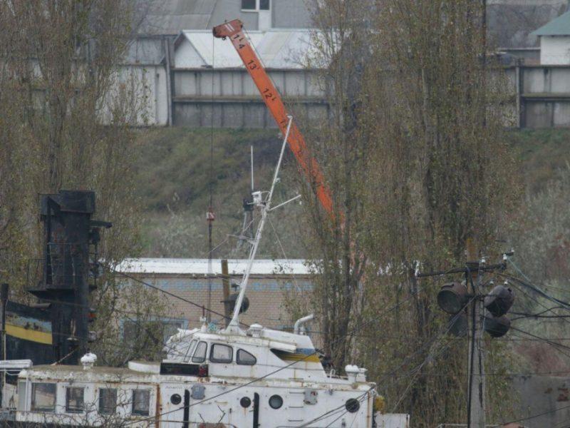В Черноморске под охраной автоматчиков разгружают «сигаретную» баржу