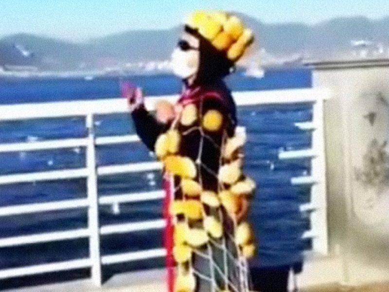 В Китае появился «братец-хлеб». Он носит плащ и корону из булочек, чтобы кормить чаек