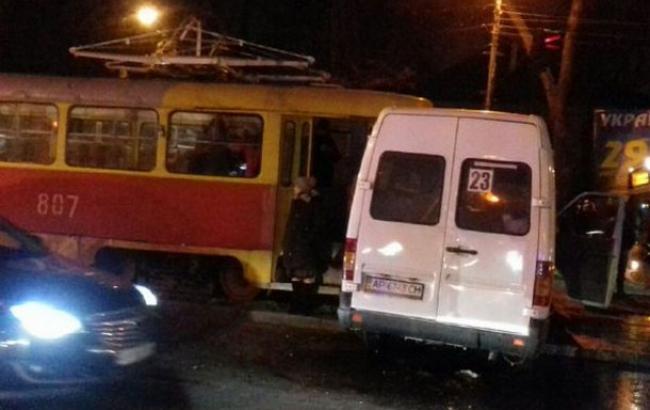 Отказали тормоза. В Запорожье трамвай протаранил маршрутку