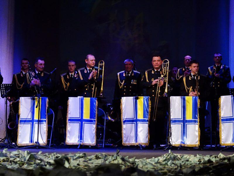 Военные моряки и артисты николаевского театра поблагодарили защитников Украины театрализованным концертом «Армия с народом»
