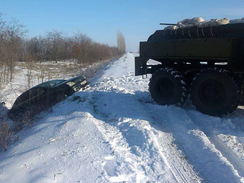 За сутки  на Николаевщине спасатели выручили из снежных ловушек 9 автомобилей и 23 человека