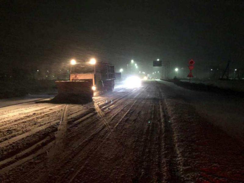 На борьбу со снегом и гололедом на дорогах Николаевщины за этот уик-энд САД использовала более 1000 тонн песчано-солевой смеси и более 120 тонн соли