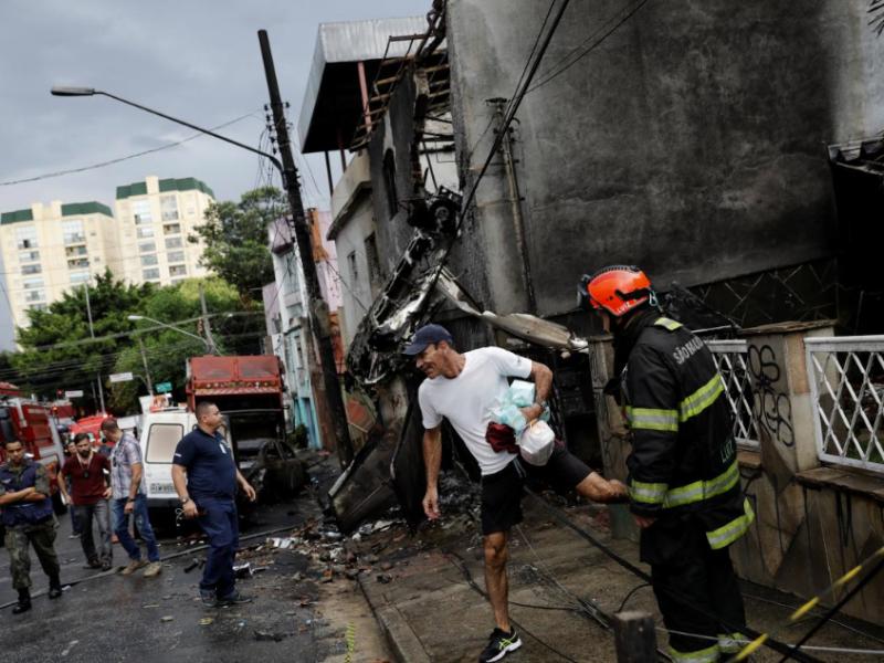 В Бразилии самолет упал на жилые дома — 2 человека погибли