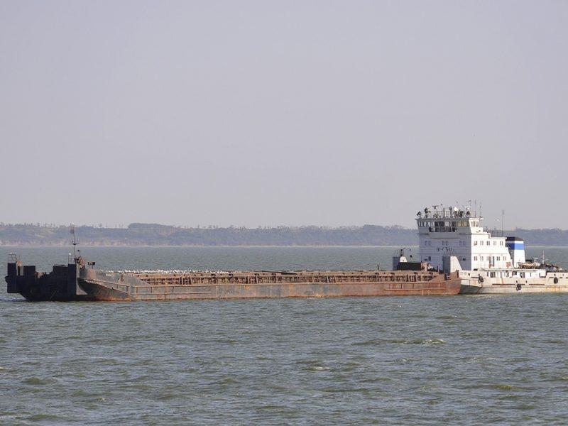 Российская баржа Shilaynyay с грузом пшеницы в 3700 тонн села на мель в Азовском море