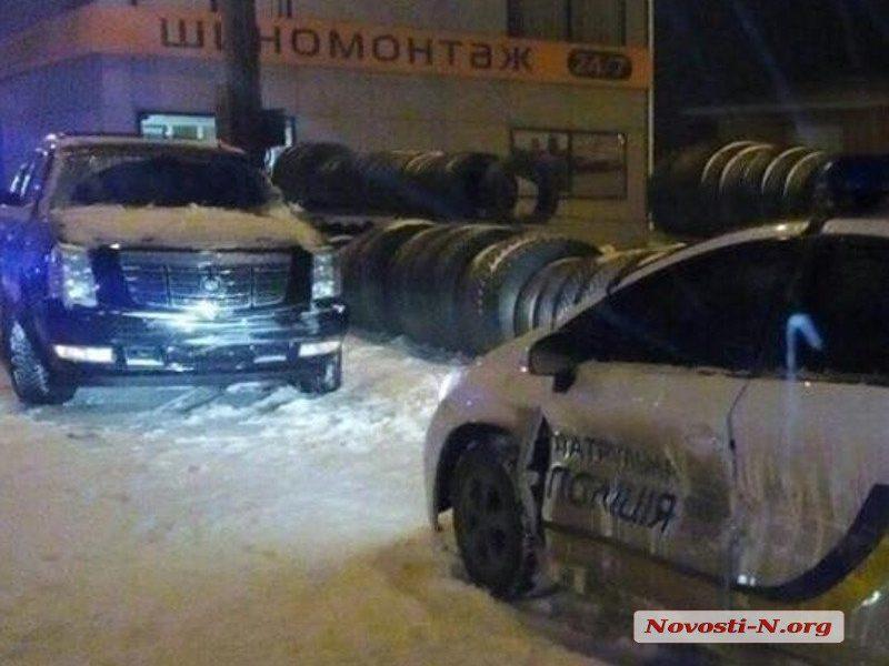 Ночью в Николаеве «Кадиллак» врезался в полицейский «Приус»