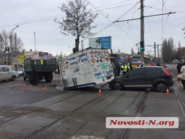 В Николаеве из грузовика на легковушку выпал киоск