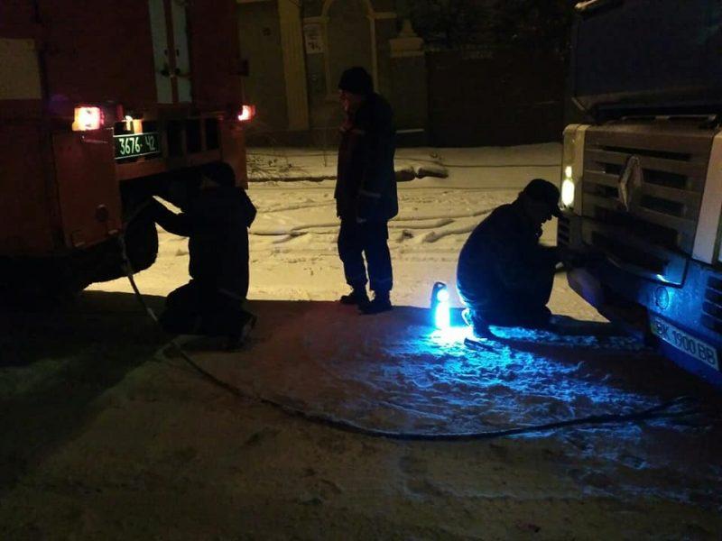 Дороги замело, но николаевские спасатели спешили на помощь — вытащили из снега 6 машин
