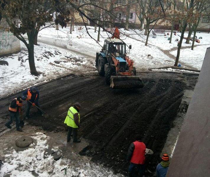 В Николаеве решили заасфальтировать двор после снегопада