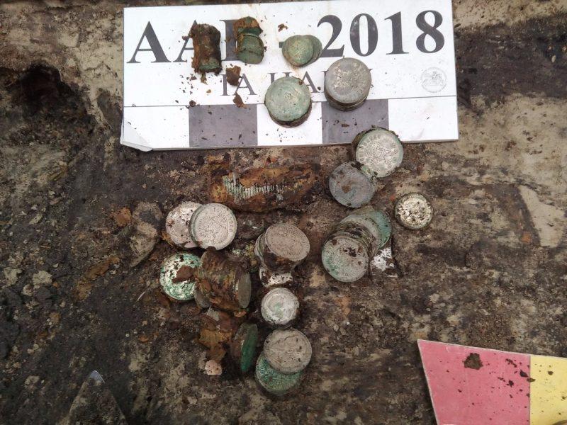 Клад времен первой Украинской революции. Почти 2 кг серебряных монет нашли археологи в Киеве