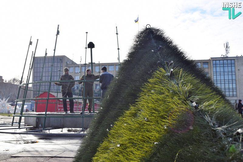 В Николаеве начали монтировать главную городскую елку