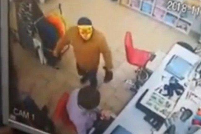 Мужчина с топором и в маске тигра пытался ограбить магазин в Кривом Роге. Продавцы справились с ним самостоятельно